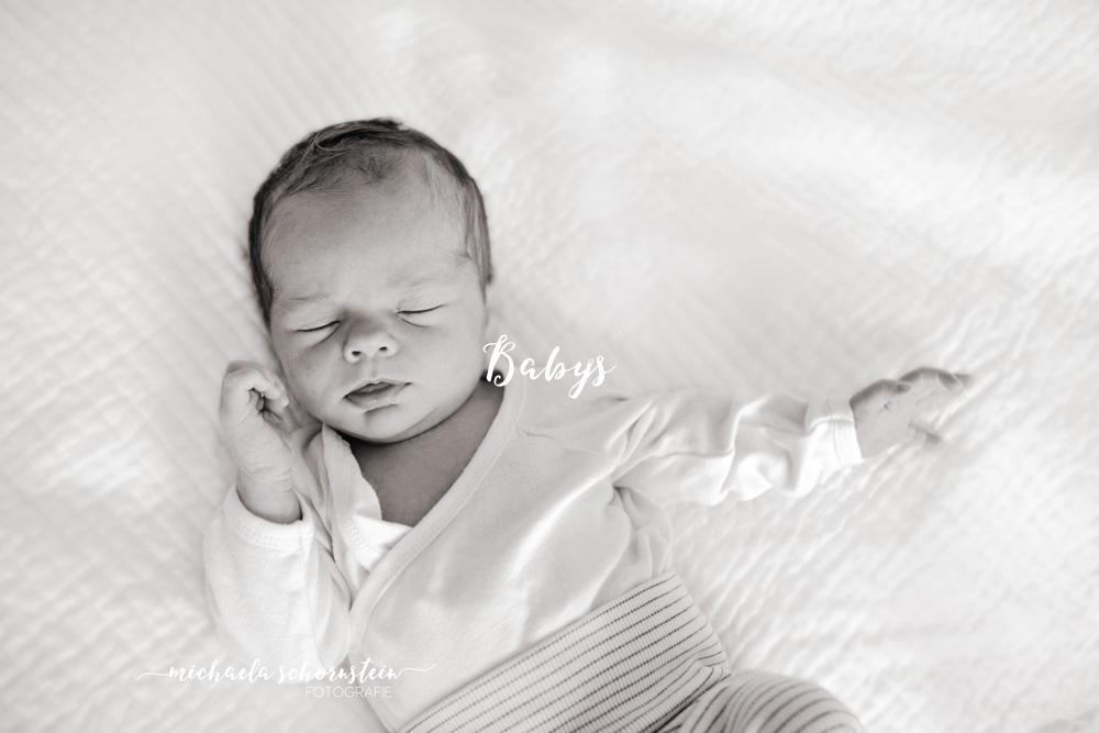 babys-button-mobile-website-schwarzweiss_babyfoto-neugeborenenfotografie-fotograf-ratingen-duesseldorf-mettmann-fotograf