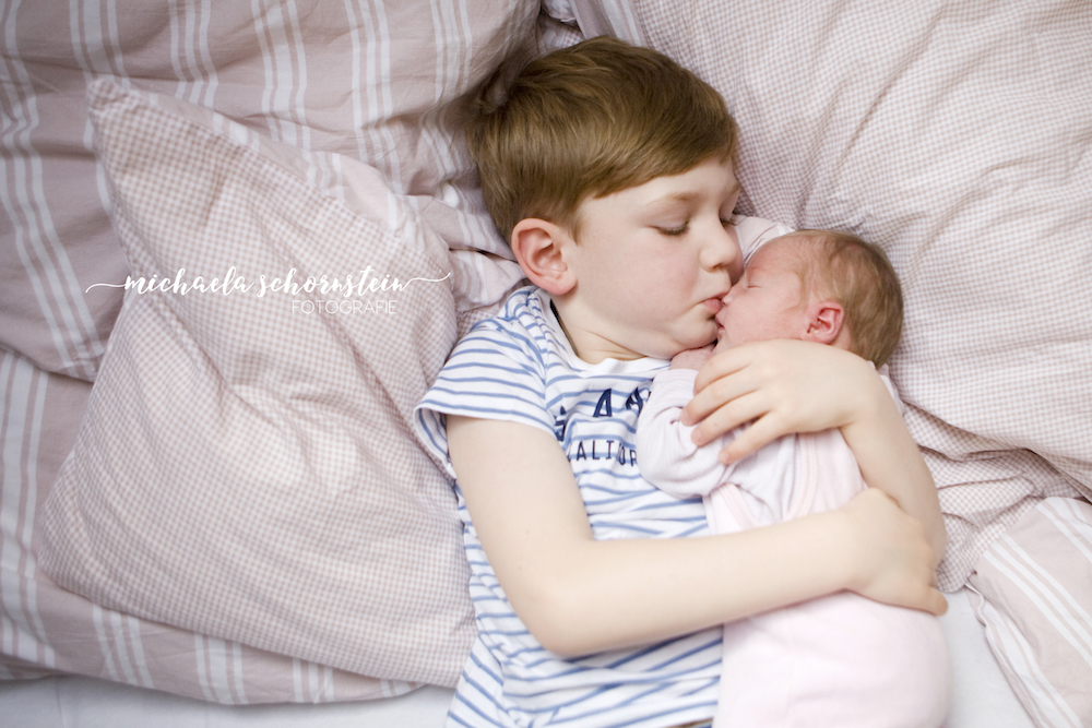 newborn fotoshooting mit familie zu hause in duesseldorf und ratingen